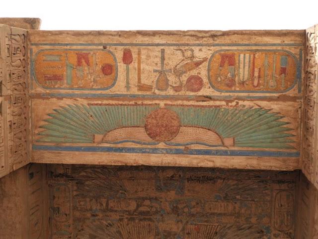decoro sotto il portale del tempio di medinet habu
