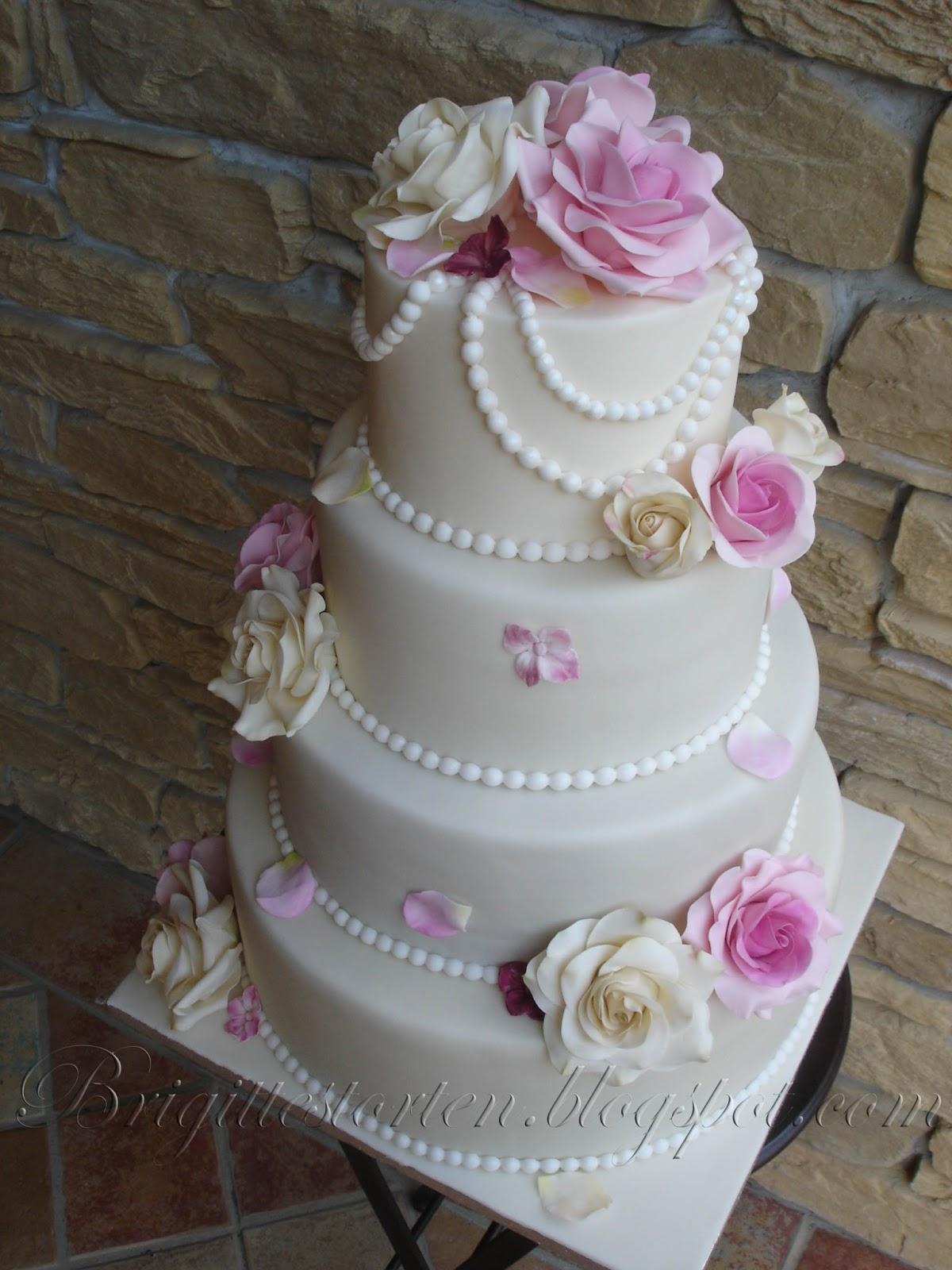 Romantische Vierstockige Hochzeitstorte Mit Zwei Verschiedenfarbigen
