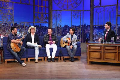 Bruno, Chitãozinho, Marrone e Xororó com Danilo (Crédito: Leonardo Nones/SBT)