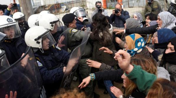 اشتباكات الشرطة اليونانية وطالبي اللجوء بعد شائعات عن فتح المعبر الحدودي.