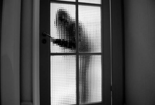 Tambahkan kaca film privasi dekoratif di sekitar pintu eksterior.