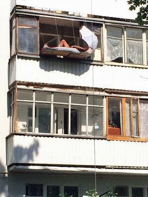 Witziger Mann schläft auf selbstgebautem Balkon