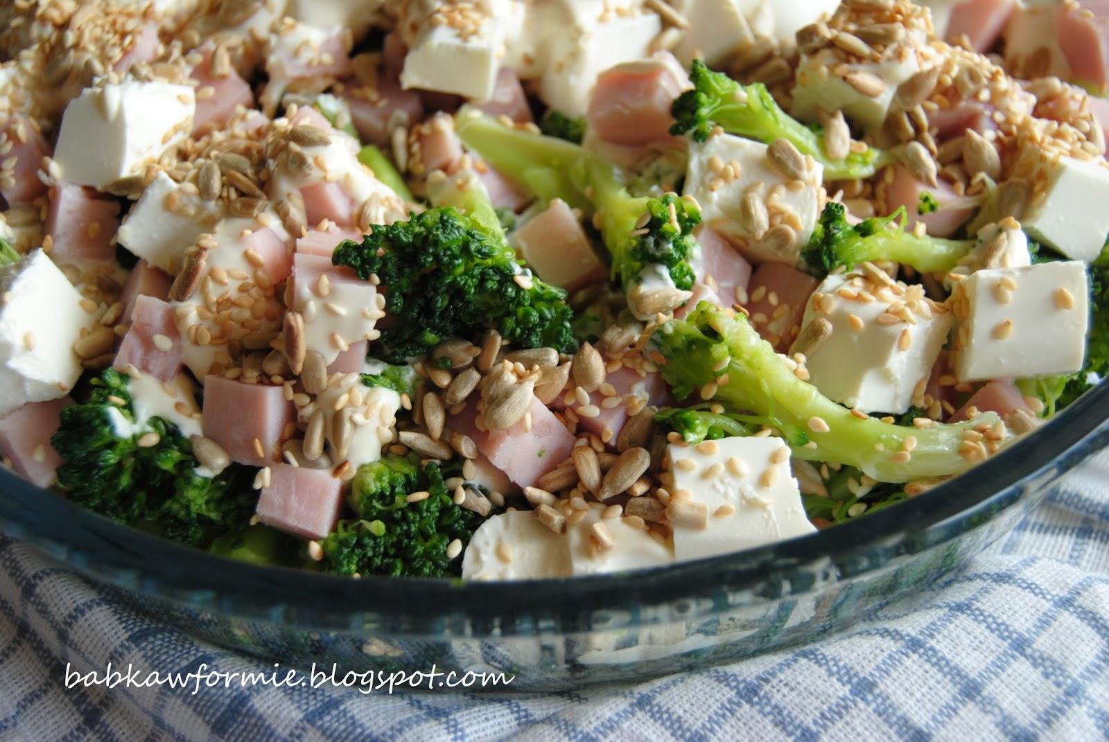 sałatka brokułowa z fetą, szynką i prażonymi ziarnami babkawformie.blogspot.com
