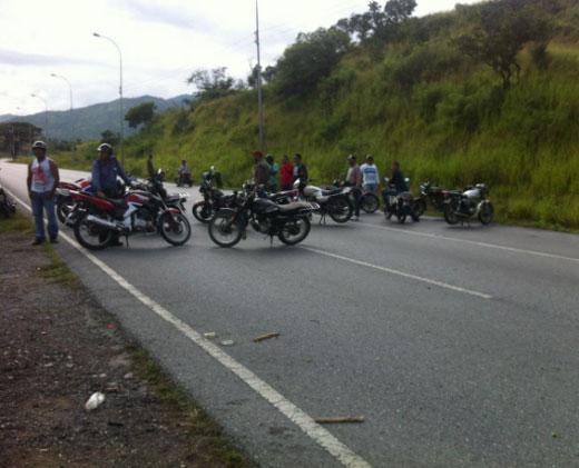 AHORA: #Cobertura1S Colectivos atacan autobuses e impiden llegada de manifestantes hasta Caracas (+Fotos)