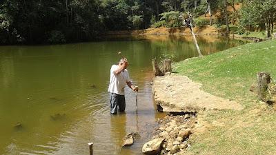 Bizzarri trabalhando, iniciando a marcação para execução do muro de pedra em volta do lago onde vamos fazer os caminhos de pedra com a execução do paisagismo.