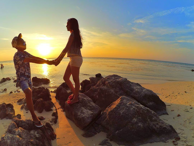foto romantis di pantai karimun jawa