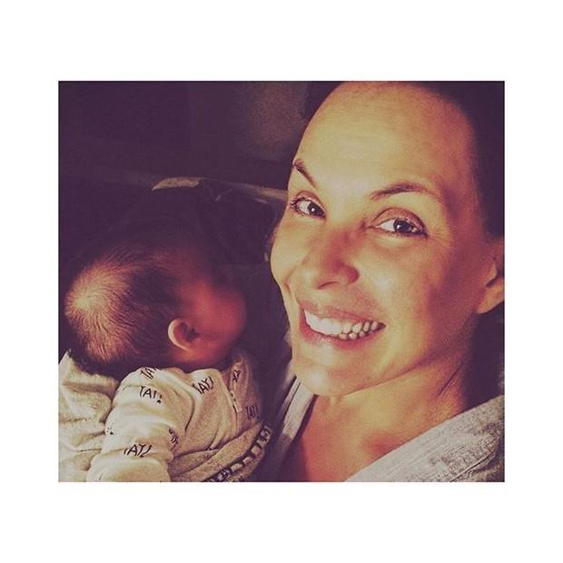 Carolina Ferraz com a filha (Foto: Reprodução/Instagram)