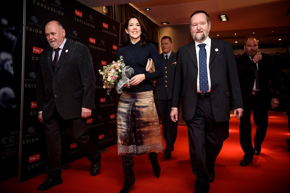 Crown Princess Mary wore Prada Multicolor A-Line Skirt. In addition, she wore Gianvito Rossi Suede over-the-knee boots. And Naledi Copenhagen Allana Latte Ostrich Clutch. As jewellery, she wore the golden Georg Jensen bracelet