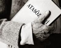 Eski bir fotoğrafta yaşlı bir adamın elindeki atasözleri kitabı