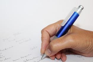 foto di penne che scrivono su fogli