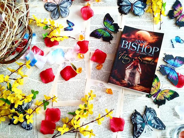 """Miłość, intrygi i duża dawka magii, czyli recenzja powieści pt.""""Filary świata"""" Anne Bishop"""