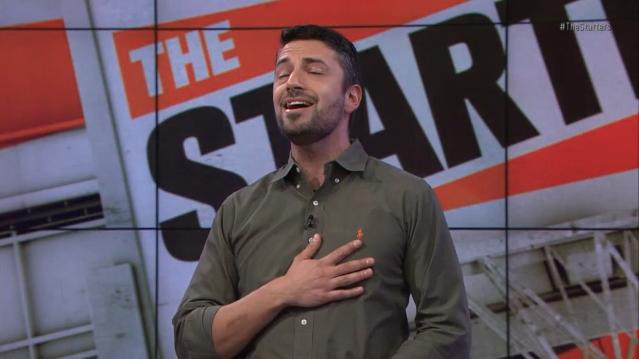 Eλληνοαμερικανός παρουσιαστής τραγουδά περήφανος τον εθνικό ύμνο σε εκπομπή του ΝΒΑ [βίντεο]