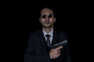 homem portando uma pistola de fogo
