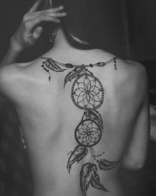 tatuaje plumas en atrapasueños