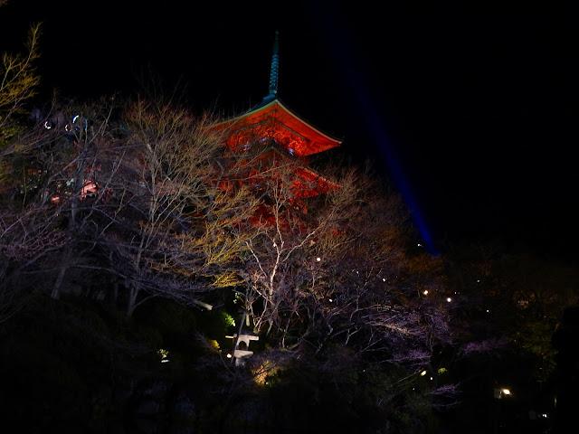 El templo Kiyozumid-dera, iluminado de noche