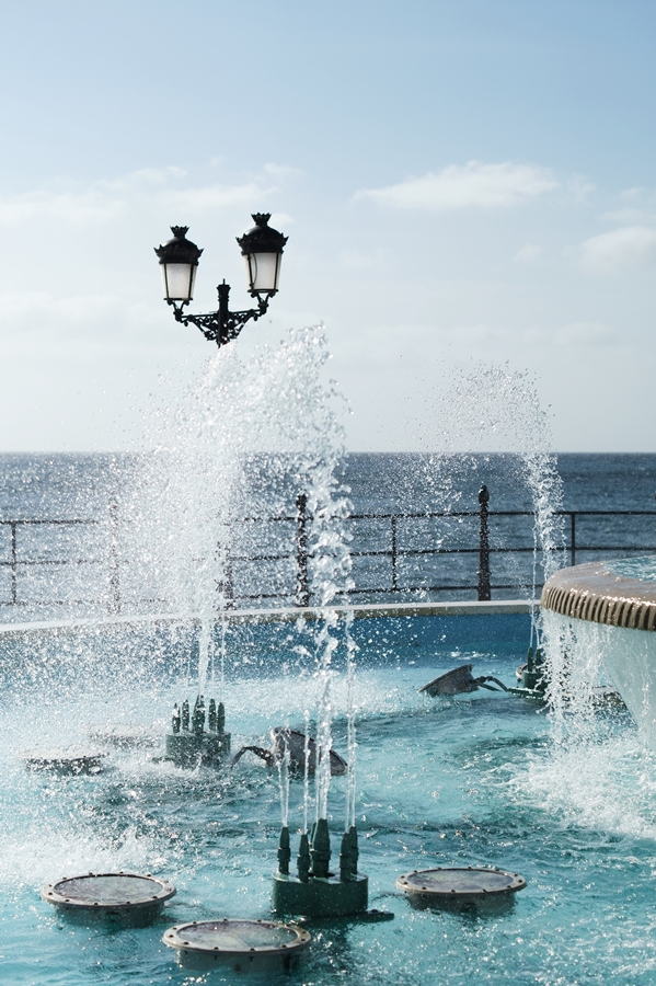 Blog + Fotografie by it's me! - Reisen - La Isla Blanca Ibiza, Santa Eularia - Springbrunnen mit Meer und Laternen im Hintergrund