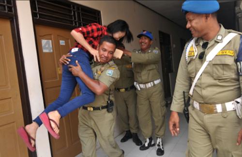Satpol PP Ditertawai Rekannya, Karena Mendapati Anaknya Sendiri Saat Razia Di Hotel