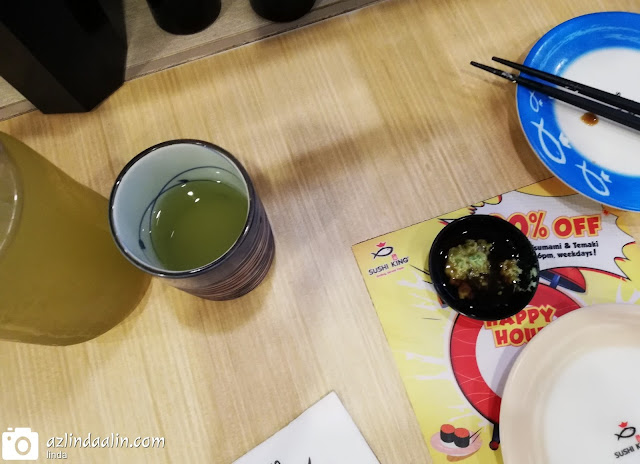 LUNCH KAT SUSHI KING STAR AVENUE - Tempat favorite mummy waktu lunch hour is Star Avenue Shah Alam lah ! Kenapa? Sebab sambil pos barang tu, sambil makan lunch terus. Kalau POS LAJU Star Avenue tak ramai orang lah. Kalau POS LAJU tu ramai orang, mummy TAKE AWAY makan dalam kereta je gamaknya !   LUNCH KAT SUSHI KING STAR AVENUE Dok lalu lalang depan kedai makan Sushi King ni ha. Teringin pulak lah tekak nak lunch Sushi King. Oleh kerana lunch di Sushi King tak ambil masa yang lama untuk serve lunch. Yezza...kita singgah lah sekejap !    MENU FAVORITE DI SUSHI KING   Kalau ke Sushi King, mummy memang ada menu favorite tersendiri, so, tak adalah lambat buat order. Apa menu FAVORITE MUMMY DI SUSHI KING