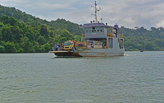 Kapal Pengayoman IV menyeberang dari Nusakambangan ke Cilacap