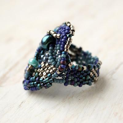 купить необычные крупные кольца из бисера синее женское кольцо