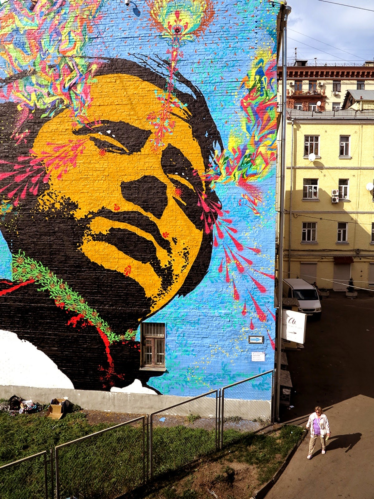 Our friend Stinkfish is currently in Russia where he was invited by the Most Festival to paint on the streets of Moscow.