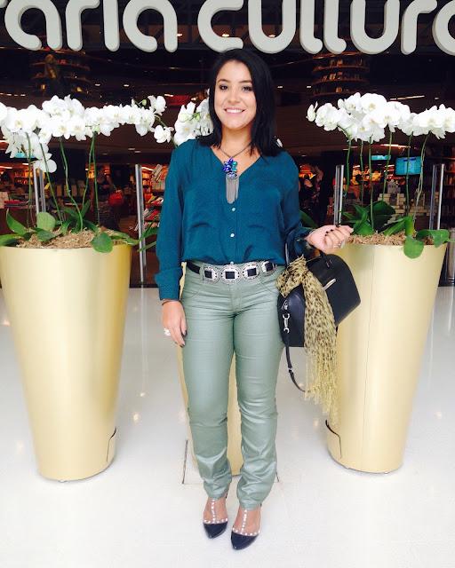 Calça verde metalizada e camisa de seda verde