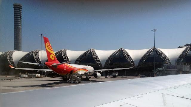 Изображение самолёта и здания аэропорта Суварнабхуми