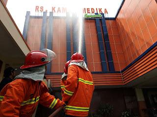 Gelar Simulasi, RS Kamar Medika Evakuasi Puluhan Pasien di Tengah Kobaran Api