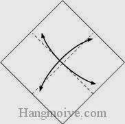 Bước 1: Gấp tờ giấy lại làm bốn, vị trí gấp như hình vẽ, sau đó lại mở ra để tạo nếp gấp.