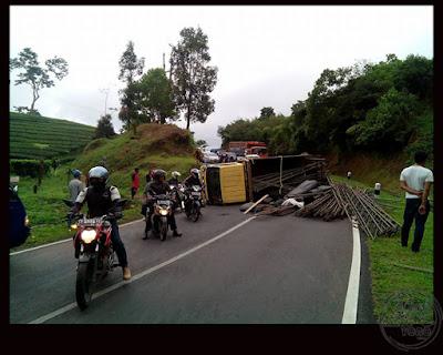 FOTO 1 : Mobil Truk muatan besi tenda terguling di Ciater, Subang Foto by Kekey Alam Semesta