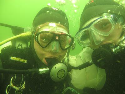 Kaksi sukeltajaa veden alla.