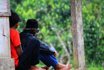 Pemuda Kampung Naga, sudah mulai memakai alat elektronik