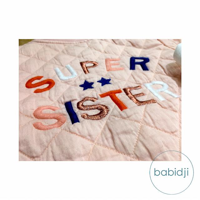 texte super sister brodé dans le dos d'une veste Kid'S Graffiti