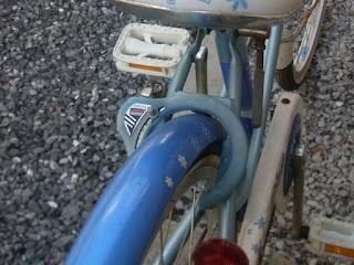 後輪鍵の樹脂部も経年劣化でパリパリ割れてきます。