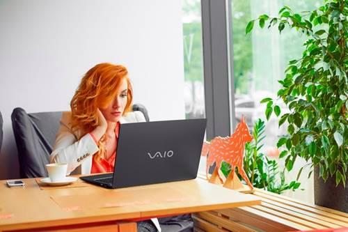 O notebook Vaio Fit 15S tem seis configurações disponíveis e USB charging para carregar celulares e tablets