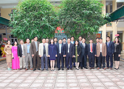 Lãnh đạo Bộ Xây dựng và các đại biểu chụp ảnh kỷ niệm ngày thầy thuốc Việt Nam với lãnh đạo  Bệnh viện Xây dựng Việt Trì