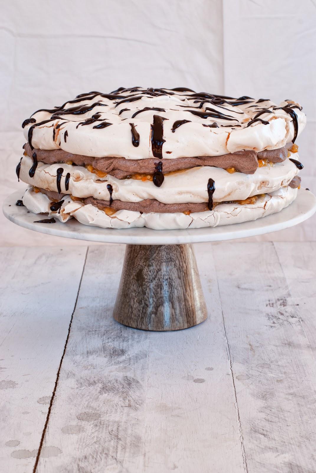 Czekoladowy tort bezowy z konfiturą pomarańczową