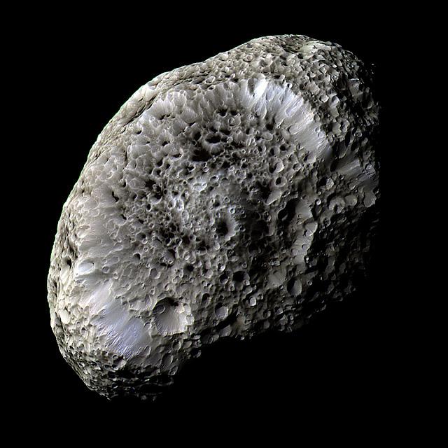 Một Hyperion xốp như bọt biển. Hình ảnh chụp vào ngày 26 tháng 9 năm 2005 khi tàu Cassini bay ngang qua vệ tinh này. Hình ảnh: NASA/JPL.