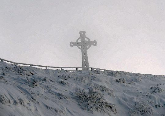 Oszroniały krzyż z Tarnicy spogląda ku dolinie Wołosatki.