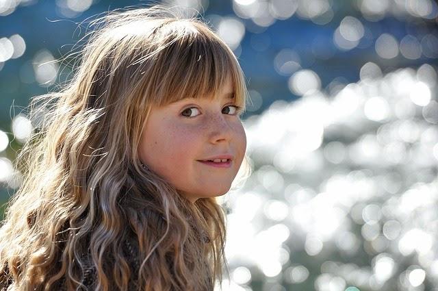 Gambar gadis cilik berambut pirang