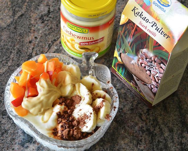 Obst Joghurt mit Kakao-Pulver und Cashewmus, Marillen, Bananen