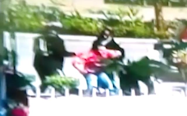Video: Hombre se enfrenta con tres agentes de la DIGESETT en SFM