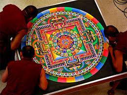 """La roue La roue est l'emblème de la doctrine bouddhique. Rien ni personne ne peut prétendre se situer en dehors de cette roue, communément appelée """"roue de la loi"""" ou """"roue du savoir"""". """"L'espèce humaine est l'une des dents de cette roue """" dira le dalaï-lama. Tandis que le cercle est considéré à l'origine comme statique, les rayons de la roue, en lui permettant de tourner, lui confert une valeur symbolique dynamique comparable à celle du cycle du devenir. Elle symbolise plus largement l'ensemble du cosmos et de ses développements cycliques. Sa circonférence extérieure est le signe du monde manifesté qui ne cesse de """"rouler"""", c'est-à-dire de se transformer sans arrêt, tandis que son moyeu est le centre à partir duquel s'est développé la manifestation. Dans ce centre de la roue se tient, selon le bouddhisme, le Chakravarti, """"celui qui fait tourner la roue"""", c'est-à-dire le Bouddha entré au nirvana. Symbole de la perfection, elle est composée de huit rayons, correspondants, d'une part aux 8 voies que l'on peut emprunter conduisant à l'éveil et, d'autre part aux 8 directions qui sont celles de la rose des vents. Mise en mouvement par le premier sermon de Bouddha, la roue de la loi libère l'être humain de l'épreuve de la souffrance."""