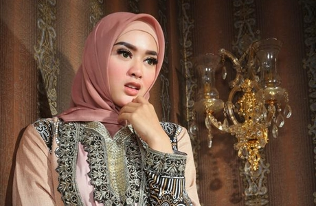 Tiara Dewi, Dahulu Dikenal Sebagai Artis Seksi Sekarang Mantap Berhijab