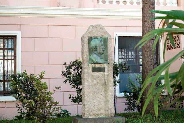 Uma placa em homenagem a Lysimaco Ferreira da Costa