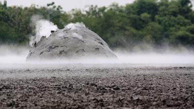 Bulatan lumpur siap meledak di Bledug Kuwu.