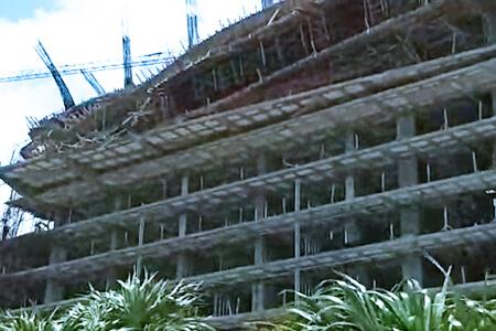 Maniobras de rescate por trabajadores atrapados en escombros del derrumbe de 3 pisos en un complejo de Cancún