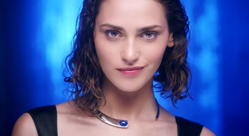 Modella Breil pubblicità con ragazza che rompe il vetro - Spot ottobre e novembre 2016