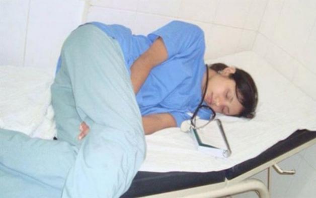 Φωτογράφισαν γιατρό να κοιμάται στη βάρδιά της - Δεν περίμεναν όμως ΑΥΤΟ που θα ακολουθούσε!