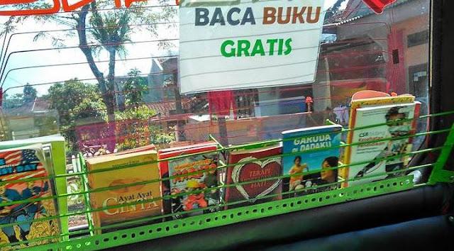 Rasakan Pedihnya Dunia Pendidikan, Sopir Angkot Ini Buat Perpustakaan Di Angkotnya